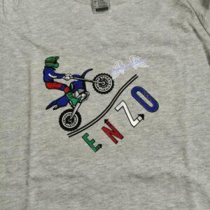 Tee-shirt personnalisé d'Enzo avec un motard qui cabre coloré