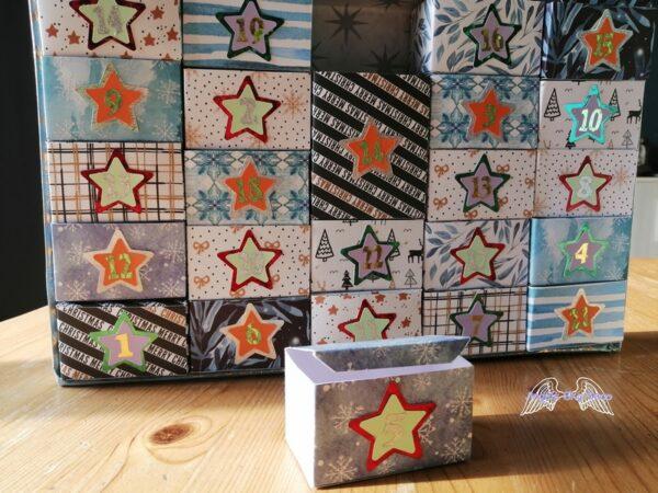 Calendrier de l'avent en rectangle avec 24 boîtes de différentes couleurs de Noël 1