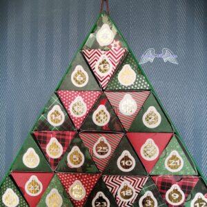 Calendrier de l'avent en forme de triangle en couleur rouge, vert, avec des boules dorées pour les chiffres 1